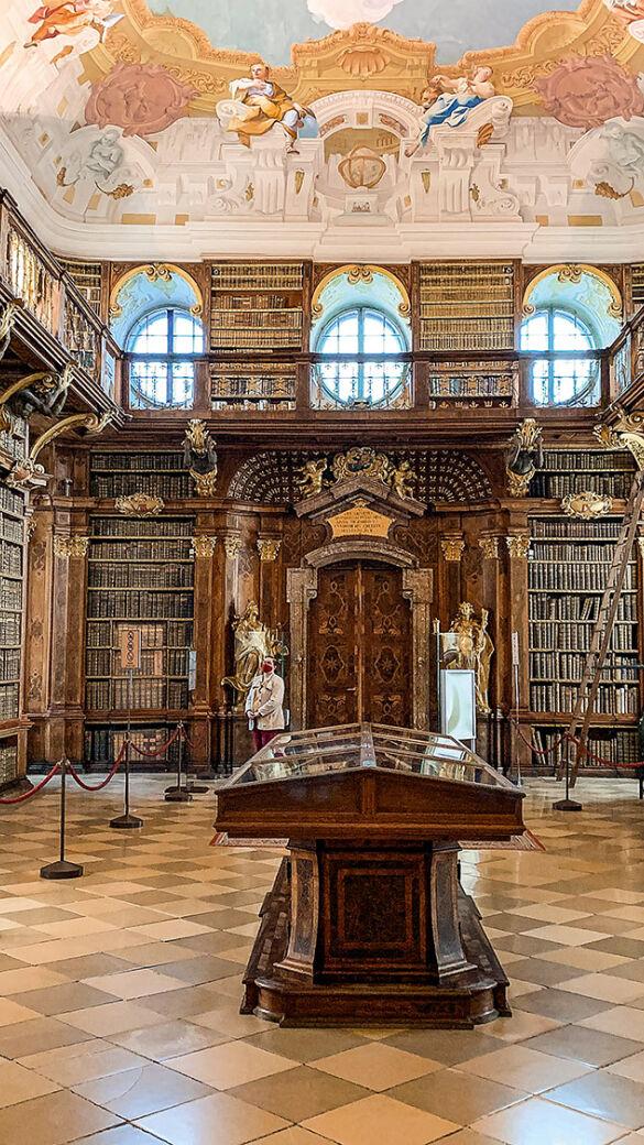 Jagd auf den Edlen Weyd-Mann - Die Bibliothek des Stiftes Melk beherbergt etwa 100.000 Bücher! - © Martin Grasberger