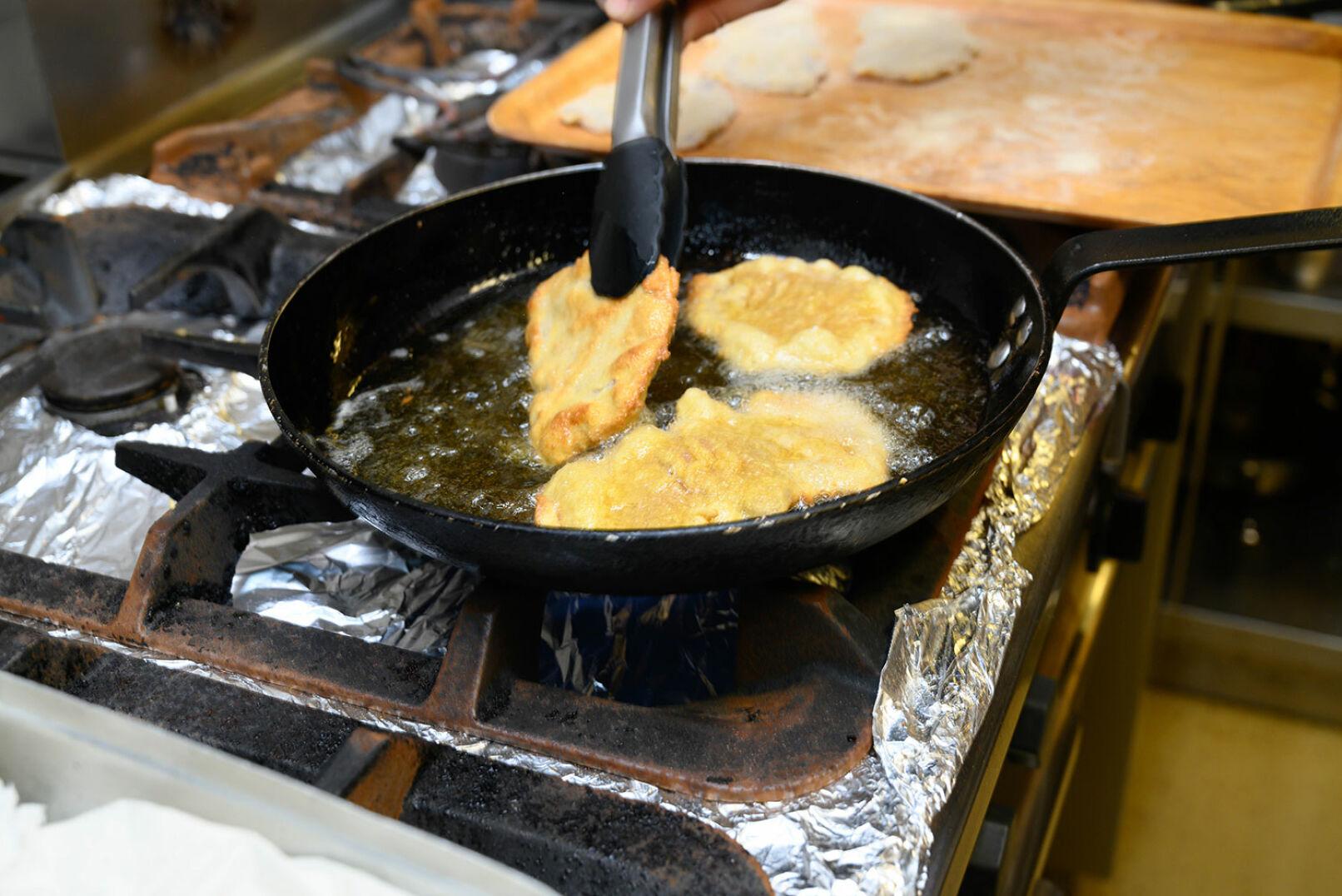 Danach die Schnitzel in Butterschmalz in der Pfanne ausbacken. - © Barbara Marko