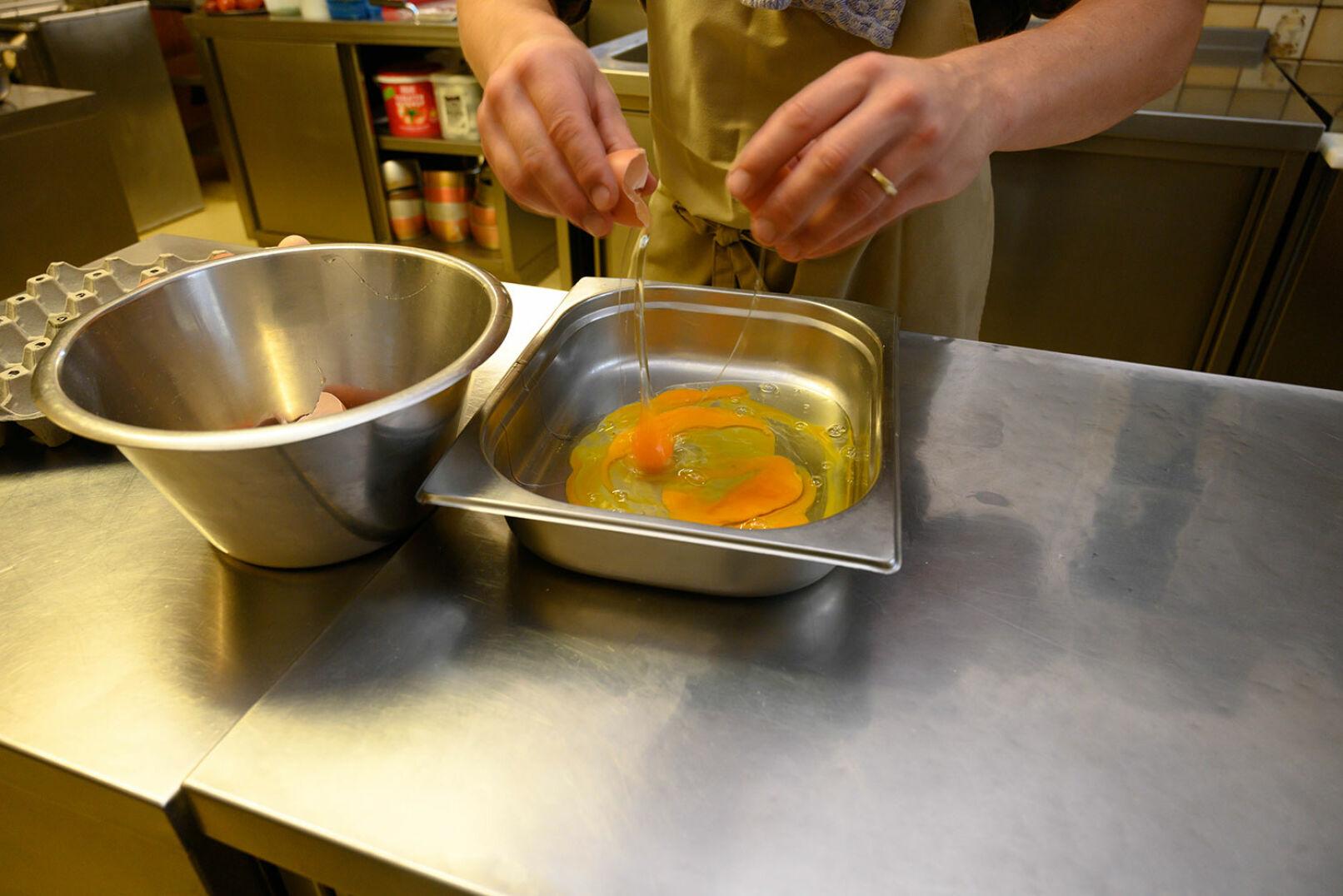 Vier Eier aufschlagen und 100ml Milch für die Ei-Milch-Mischung hinzufügen. - © Barbara Marko