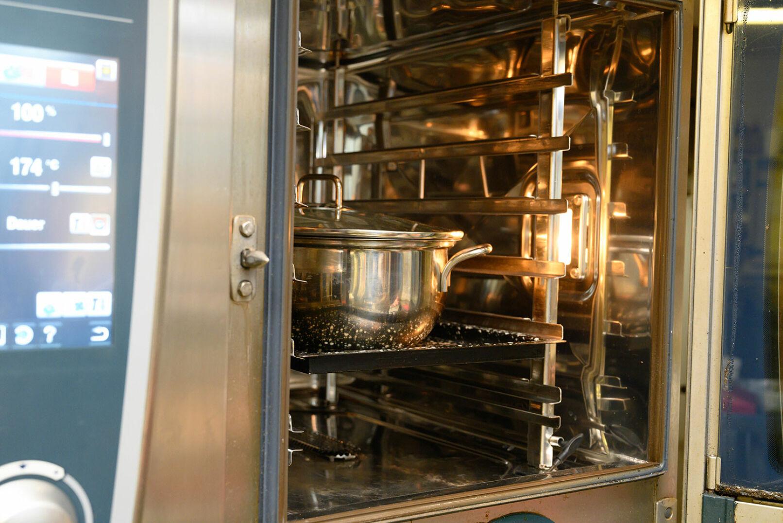 Suppe und Butter ergänzen, nochmal salzen. Deckel drauf und ab ins Rohr – etwa 1Stunde bei 180°C.  - © Barbara Marko
