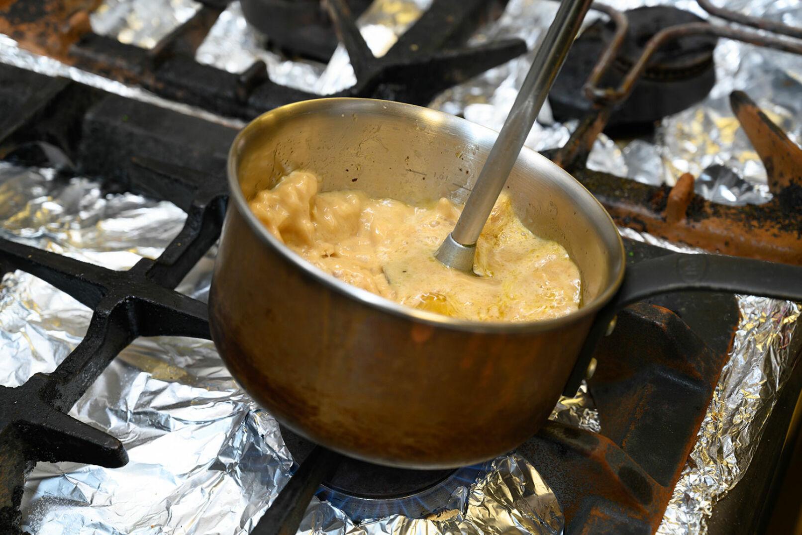 Bratensaft mit Butter zu einer sämigen Sauce mixen (oder man träufelt ihn pur über das Fleisch). - © Barbara Marko