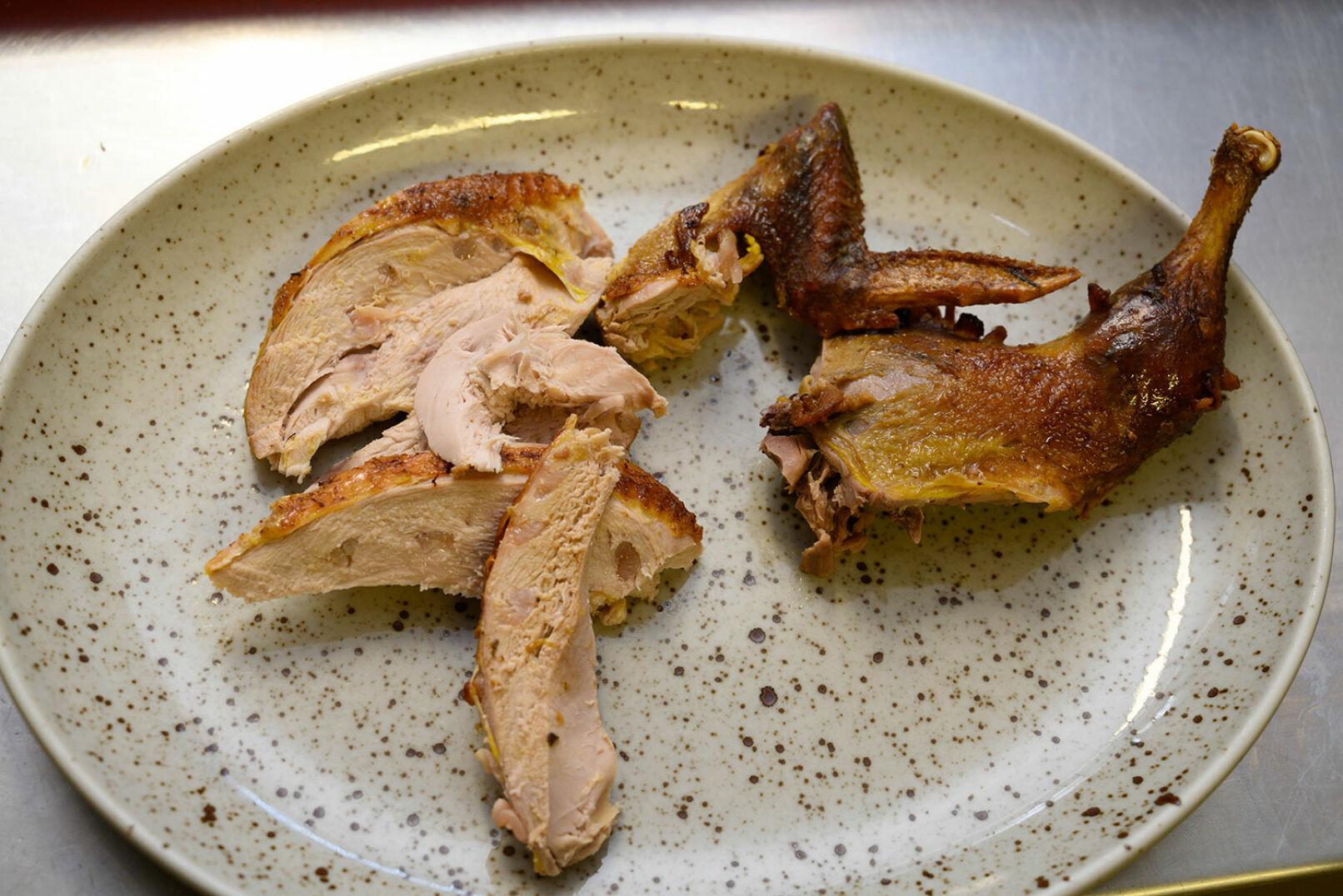 Die Fleischteile auf einem Teller platzieren. - © Barbara Marko