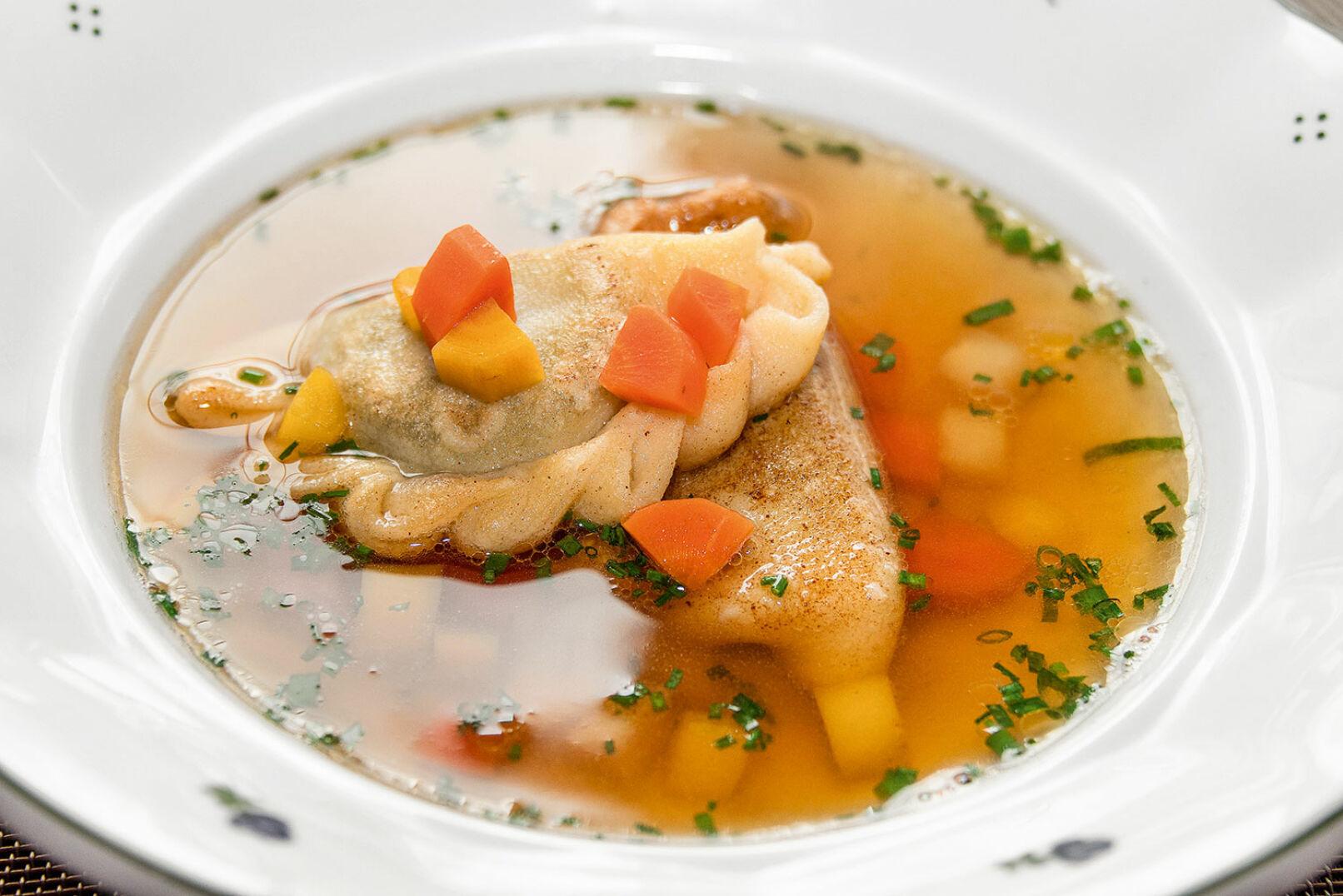 Nun widmen wir uns der Vorspeise: klare Wildsuppe mit Blunzennudeln. - © Barbara Marko