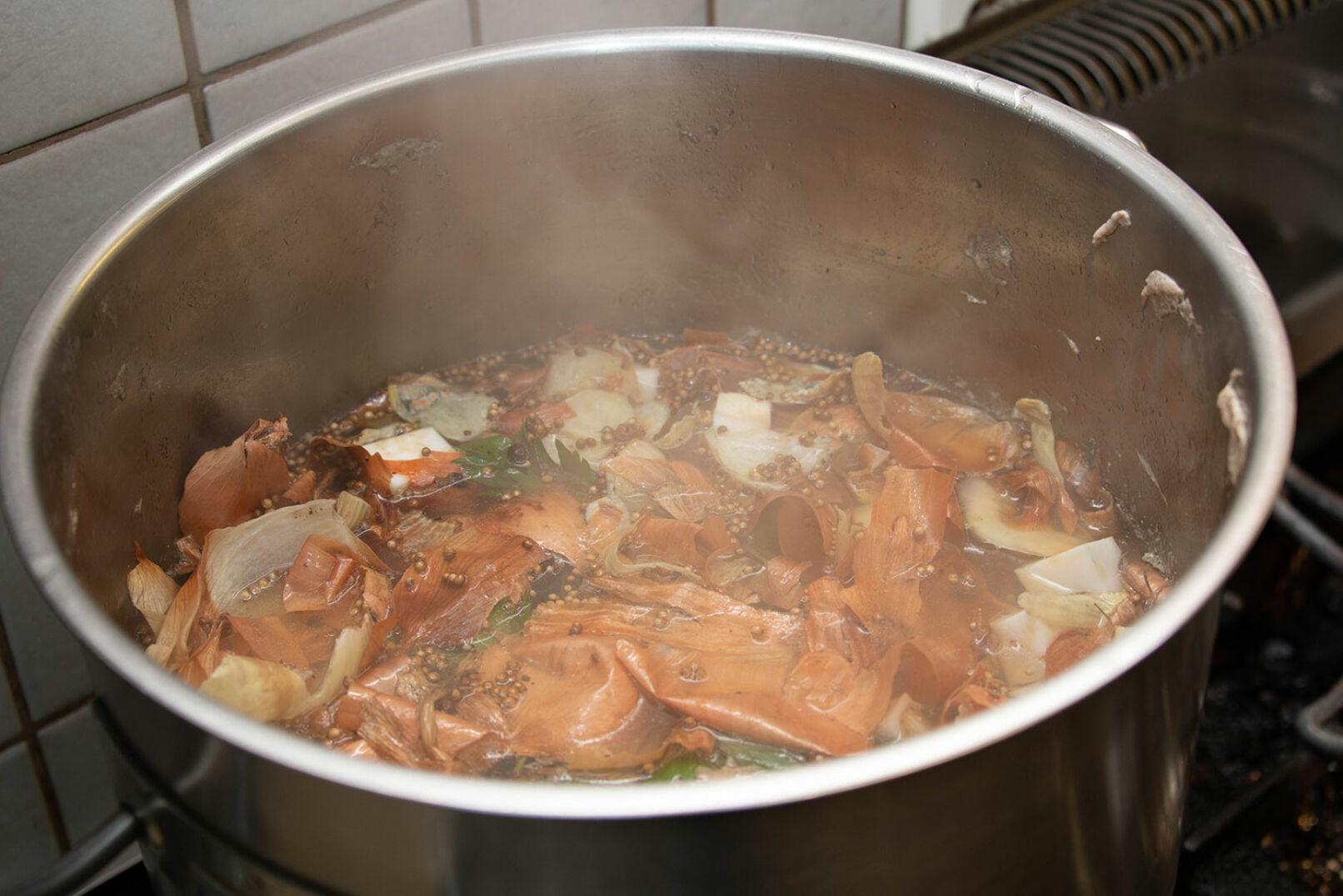 Die Suppe rund 3h ziehen lassen, dann durch ein feines Sieb abseihen. Die Blunzennudeln ein paar Minuten in ... - © Barbara Marko