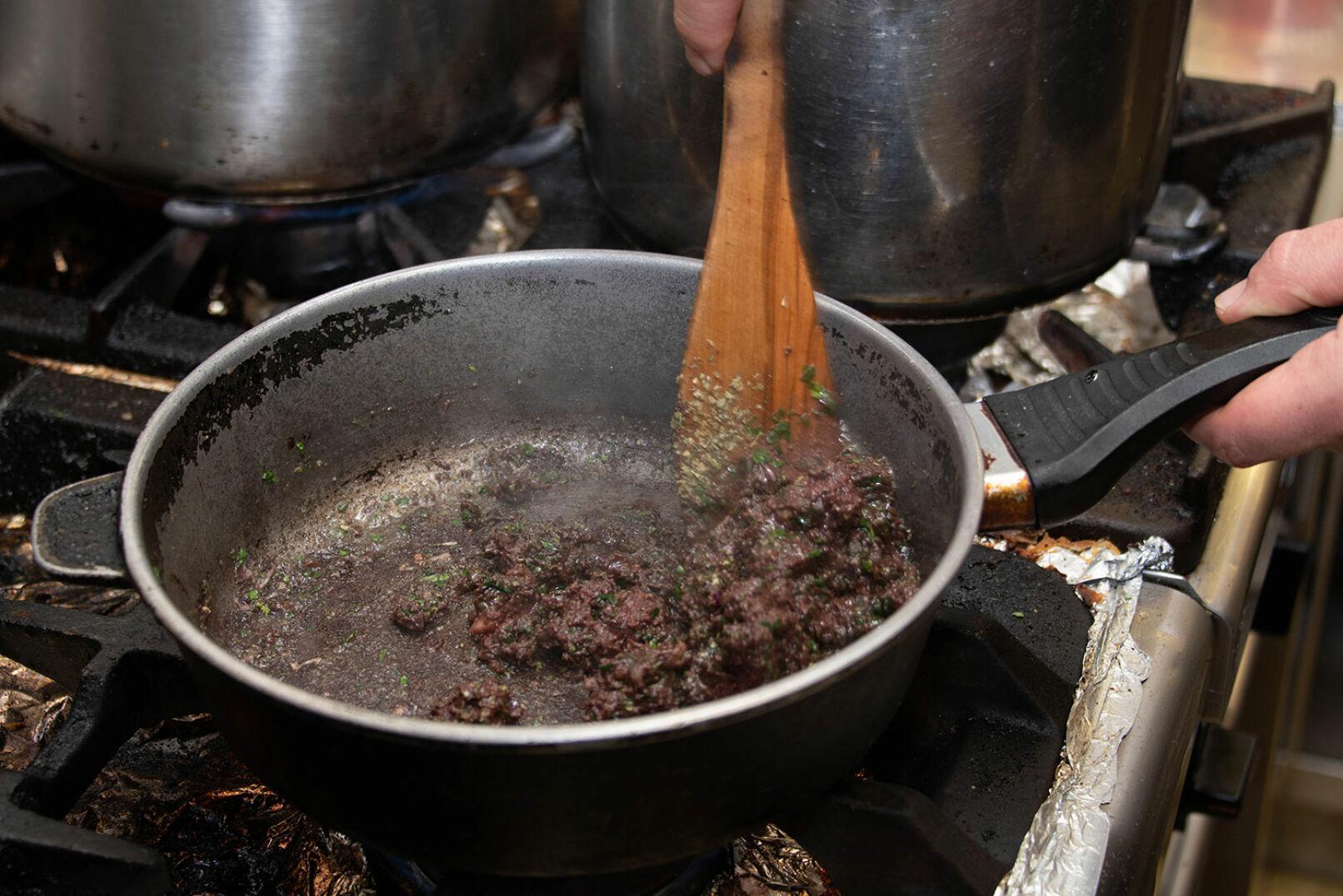... und mit Petersilie kurz anbraten. Alles schwenken, Gewürze beimengen und die Fülle abschmecken. - © Barbara Marko