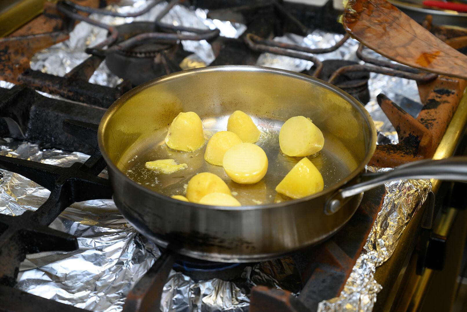In einer Pfanne Butter heiß werden lassen, heurige Erdäpfel (bereits vorgekocht) darin anbraten. - © Barbara Marko