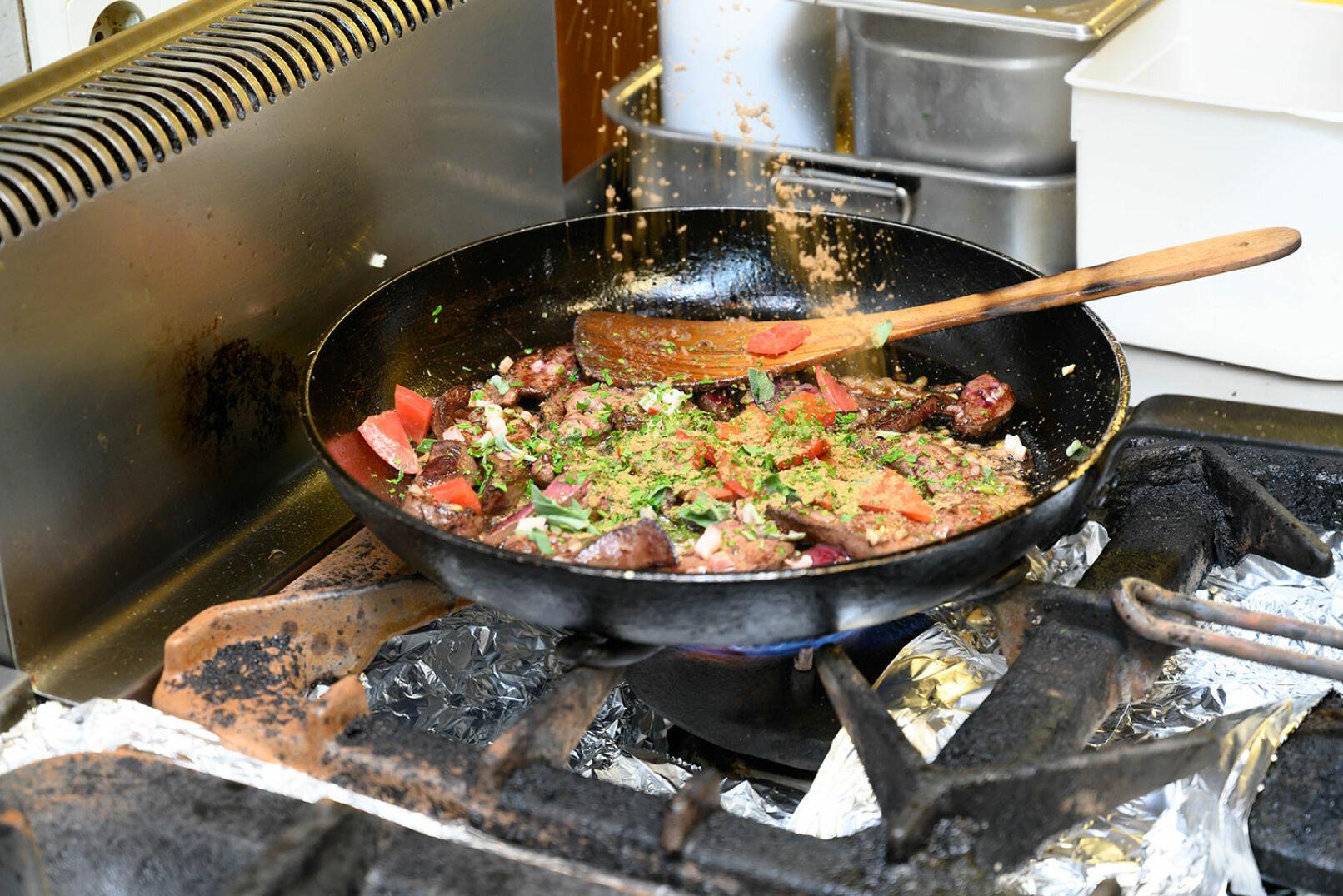 Tomatenmark und kleingeschnittene Tomaten dazugeben, Kräuter und Gewürze ergänzen. - © Barbara Marko