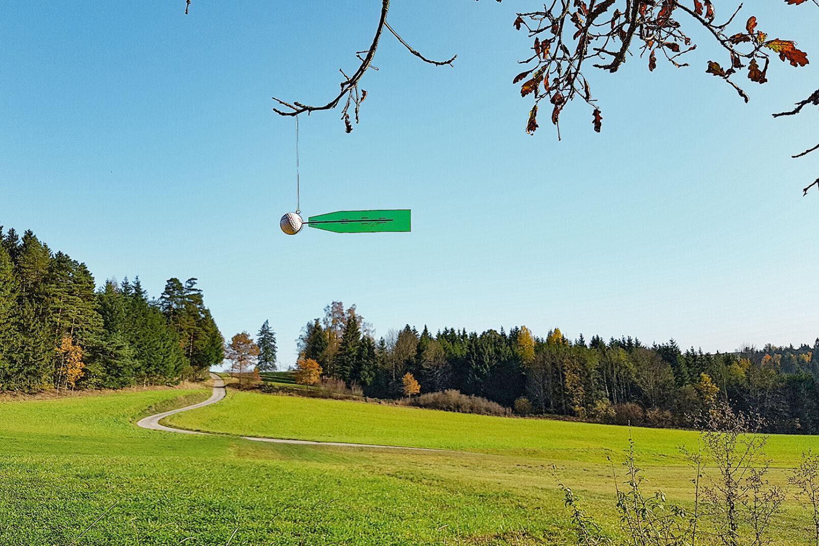 Golfball mit Feder für Windbestimmung - Auch mithilfe eines Golfballs, an dem eine Feder montiert ist, kann die Windrichtung eruiert werden. - © Dominik Steinhauser