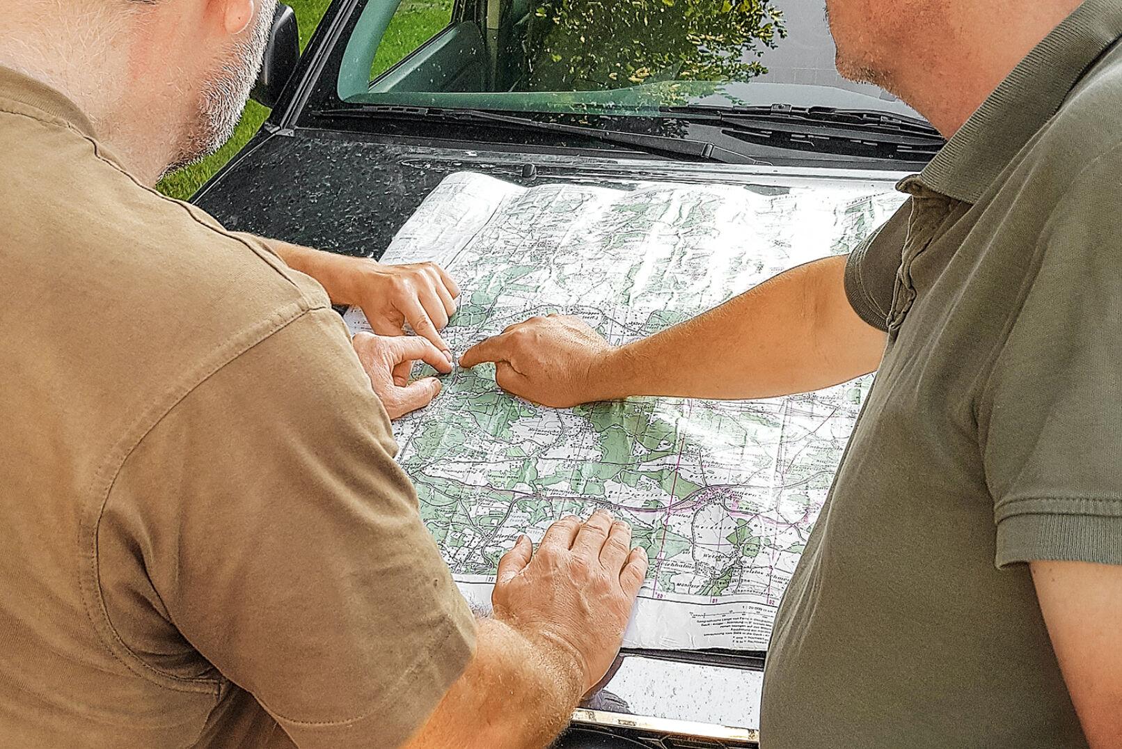 Planung von Gemeinschaftsansitzen - Vor allem bei Gemeinschaftsansitzen ist bei der Besetzung der Hochstände auf den Wind zu achten! - © Dominik Steinhauser