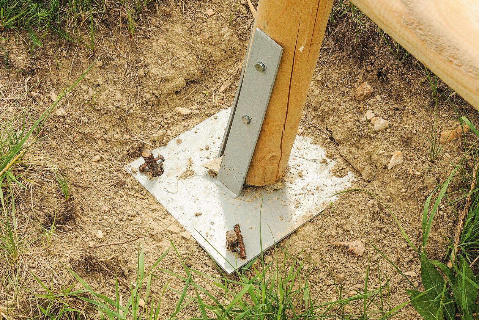 Stahlplattenfundament - Optimaler Kraftfluss von der Hauptstütze über das Stahlplattenfundament und den Erdanker mit Querbolzen bisins Erdreich. - © Dominik Steinhauser