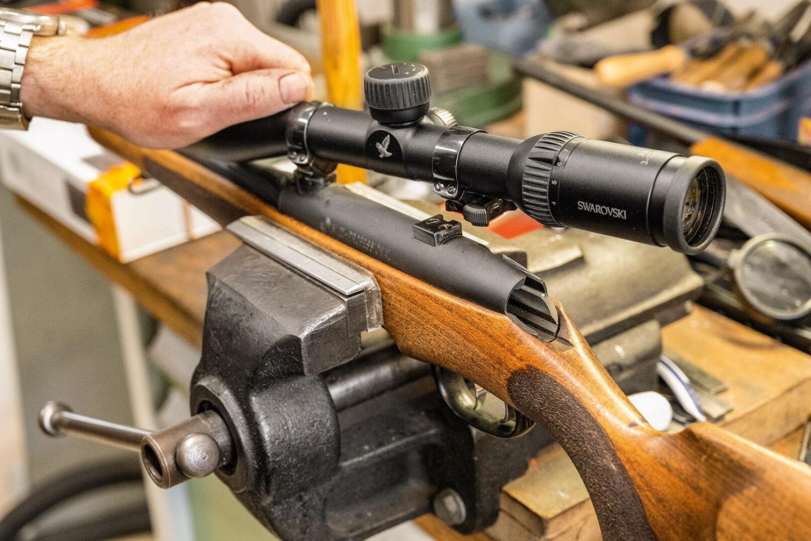 Gerald Artner kümmert sich in der Werkstatt u. a. um das Montieren von Optikmontagen. - © Barbara Marko