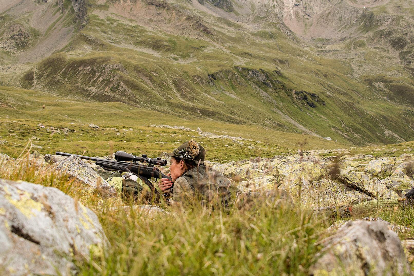 Schützin Barbara ist in Position, das Murmel befindet sich einer Entfernung von weniger als 100 m. - © WEIDWERK/Deck