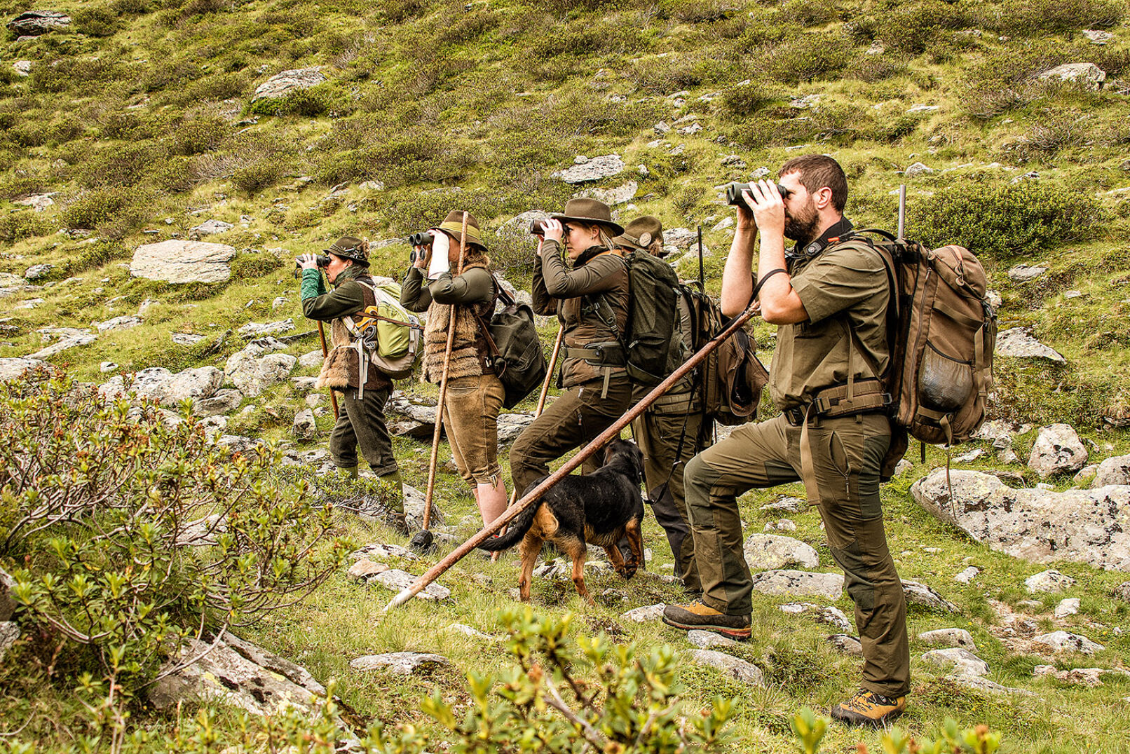 Zur Birsch gehört es, immer wieder stehen zu bleiben und die Umgebung nach Murmeln abzuglasen. - © WEIDWERK/Deck