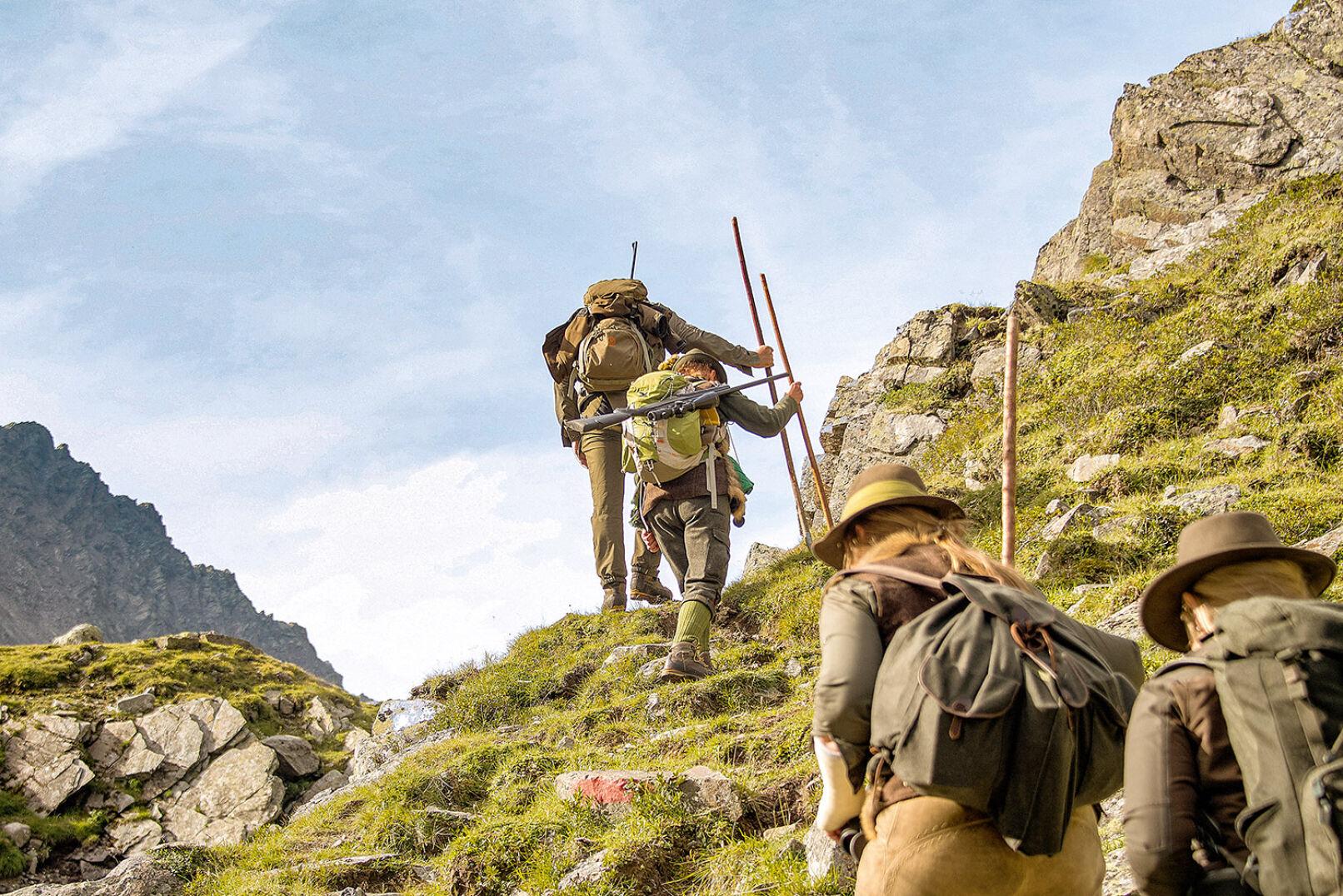 Bergauf über Stock und Stein. Eine wichtige Unterstützung bietet der Birschstock. - © WEIDWERK/Deck