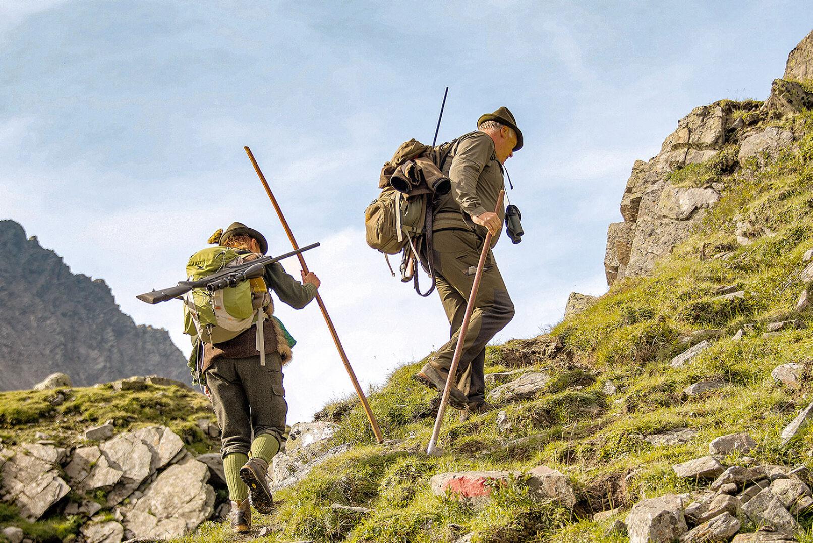 Je nach Gelände geht es für das Jägergrüppchen einmal nebeneinander, dann hintereinander bergauf. - © WEIDWERK/Deck