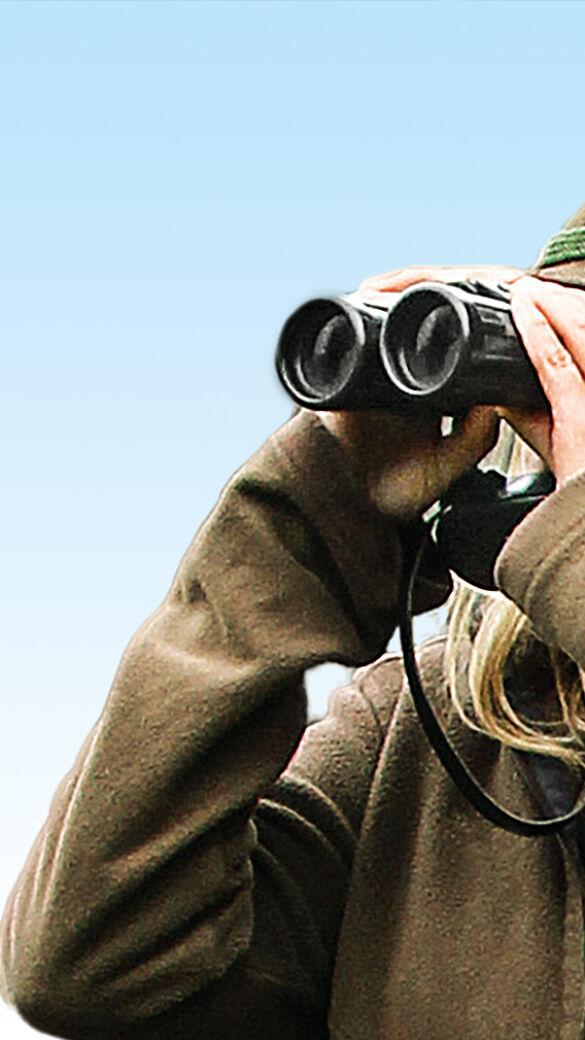 Jägerin blickt durchs Fernglas - Was zeigt der Blick durchs Fernglas? - © Dieter Hopf