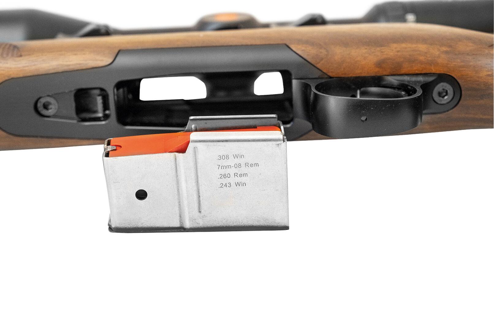 Steel Action HS, montiert mit Leica Magnus 1,8–12×50i - Das zweireihige Magazin fasst fünf Patronen. - © Oliver Deck