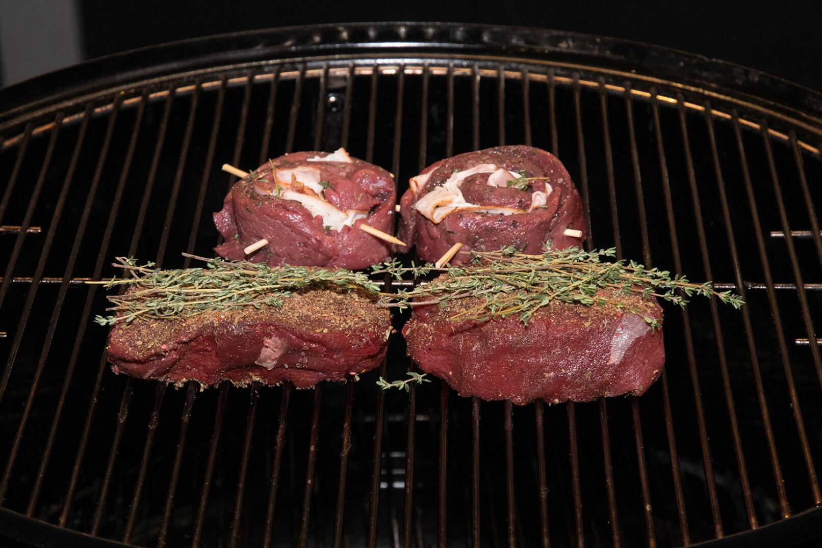 Die marinierten Steaks mit Hickoryholz-Räucherchunks im Smoker bei 120° etwa 15-20 Min. (je nach Stärke) smoken. - © Martin Grasberger