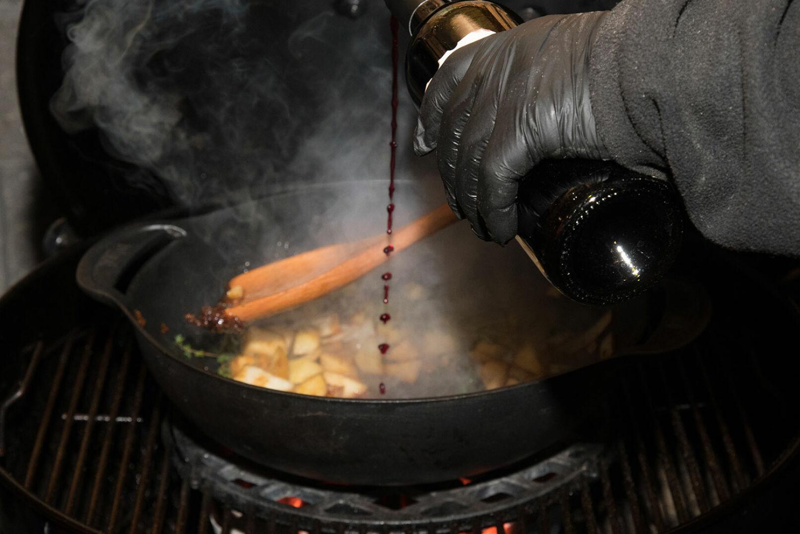 Mit Rotwein ablöschen und kurz aufkochen lassen.  - © Martin Grasberger