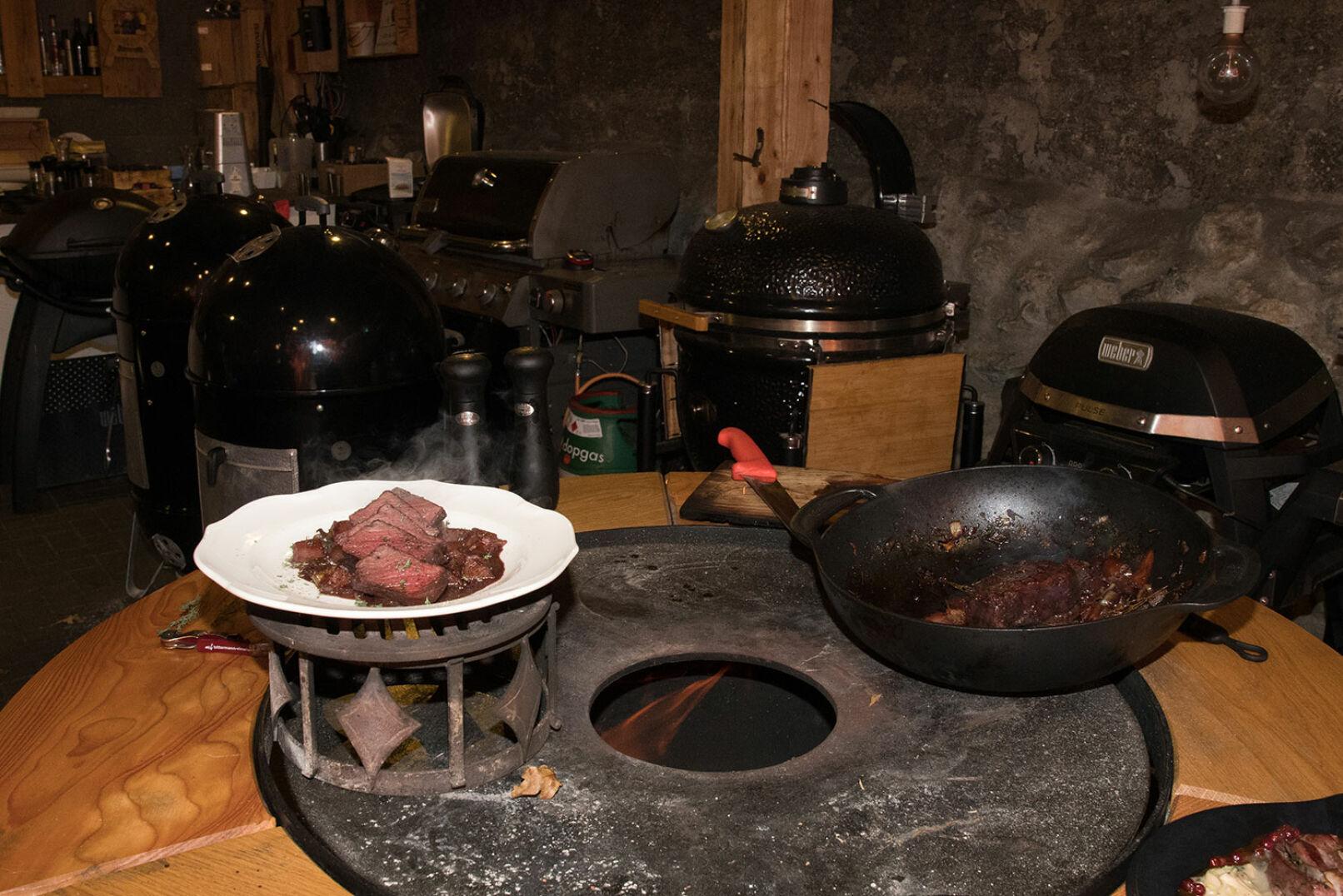 ... auf dem Birnen-Zwiebel-Ragout anrichten. Wir wünschen guten Appetit!  - © Martin Grasberger