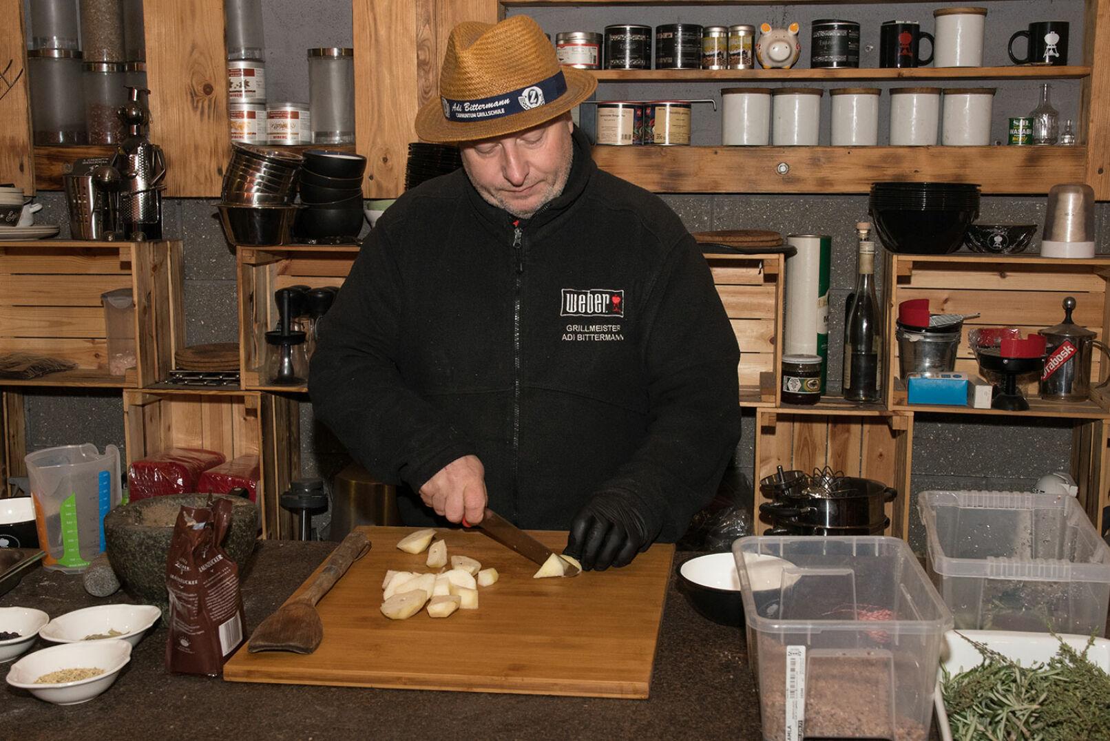 In der Zwischenzeit schält Adi Bittermann die Birnen, schneidet sie in je 8 Teile und entfernt das Kerngehäuse. - © Martin Grasberger