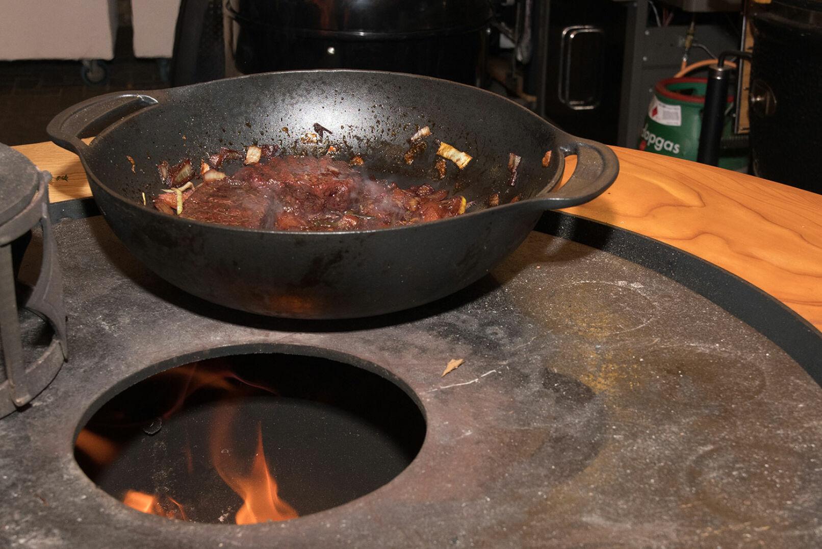 Steaks dem Wok entnehmen, aufschneiden und...  - © Martin Grasberger