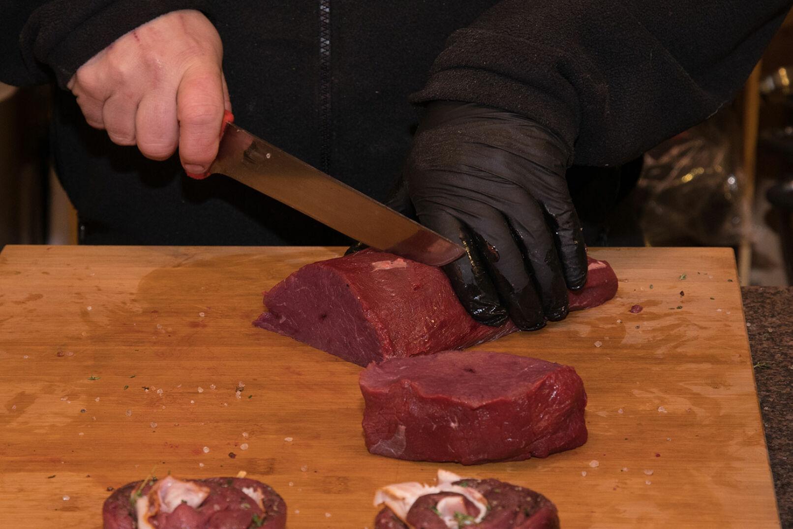 Vom Hirschrücken (von dem zuerst die Silberhaut entfernt wurde) schön breite Steaks schneiden. - © Martin Grasberger