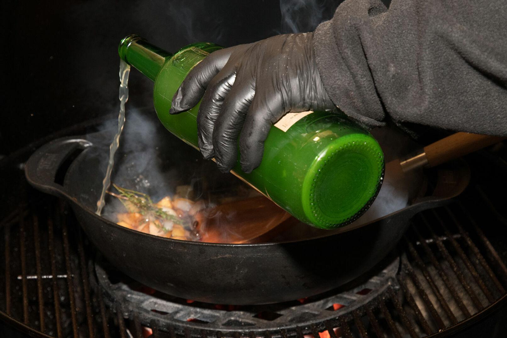 ... evtl. Flüssigkeit ergänzen (etwa einen Schuss Apfelsaft). Lauch beigeben, kalte Butter einrühren.  - © Martin Grasberger