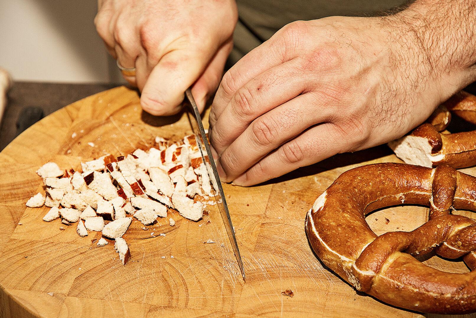 Laugenknöderl: Laugenbrezeln in Würfel schneiden ...  - © Oliver Deck