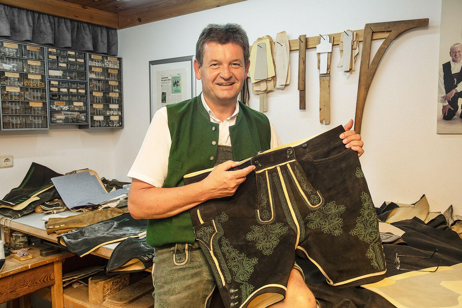 Säckler Josef Klein mit einer von ihm gefertigten Lederhosen. - Säckler Josef Klein stellt in der Obersteiermark feinste Lederhosen per Hand her. - © Barbara Marko