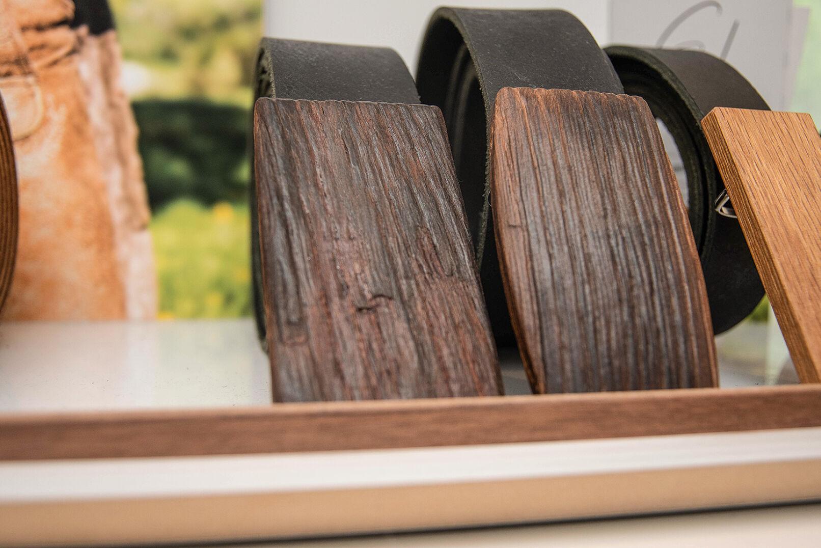 Ledergürtel aus alten Most- und Weinfässern sind an Lederhosen und Dirndln ein Blickfang! - © Barbara Marko