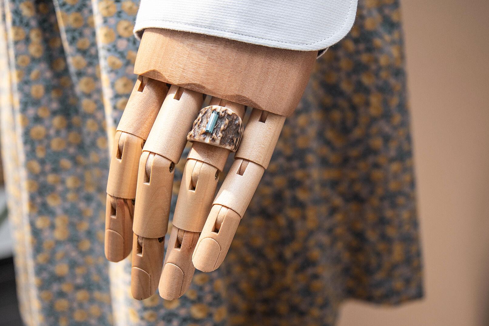 """""""Wilder"""" Hingucker: Ein Ring aus Horn gefertigt. - © Barbara Marko"""