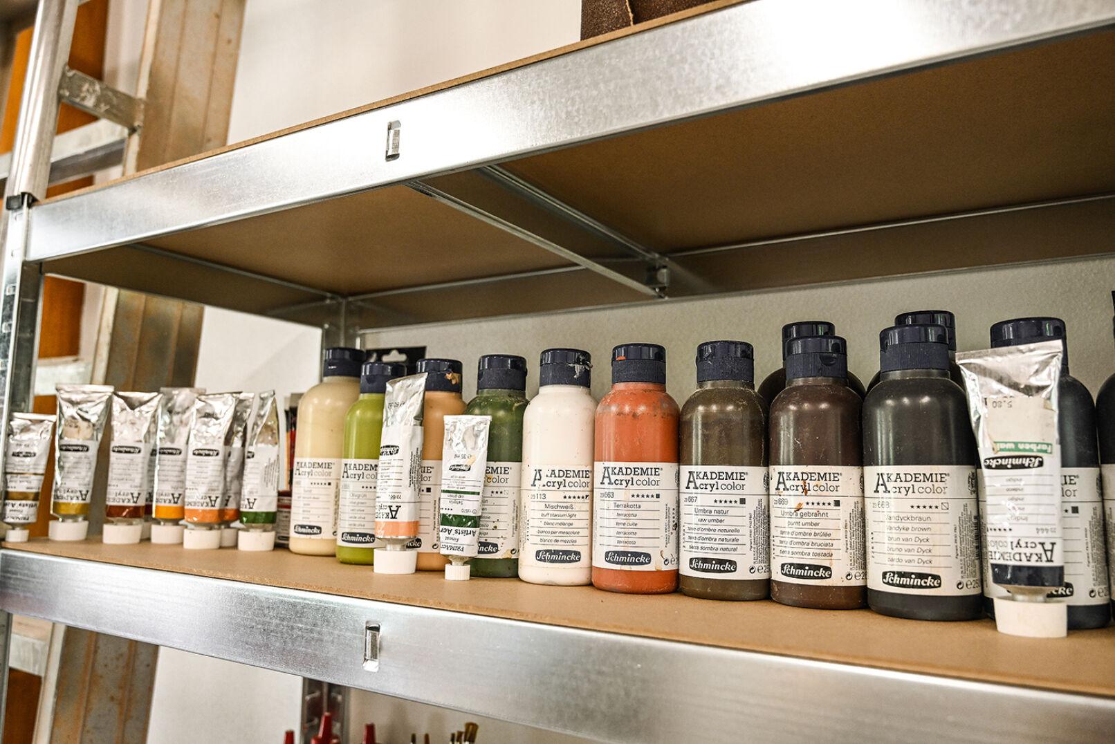 Eine große Auswahl an Farben sorgt für bunte Farbakzente auf den Kunstwerken des Schnitzers. - © Barbara Marko