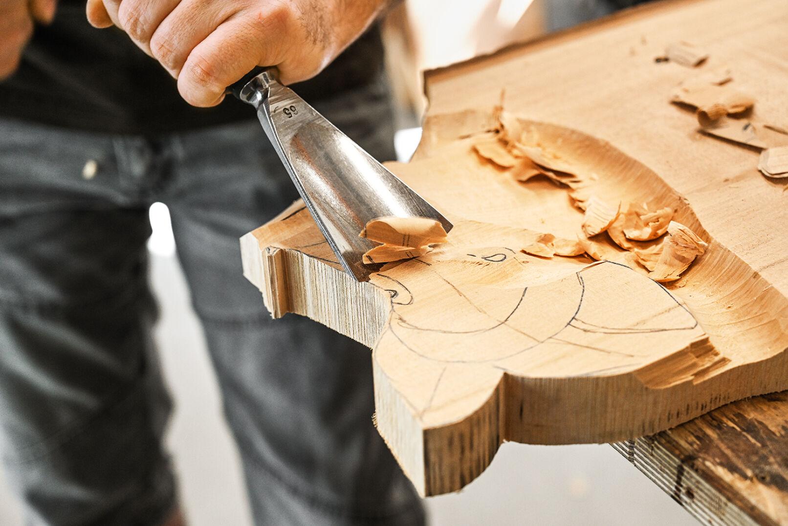 Bei der Wahl des Holzes kann der Kunde mitbestimmen. Oft nimmt Markus Lindenholz aus der Region. - © Barbara Marko