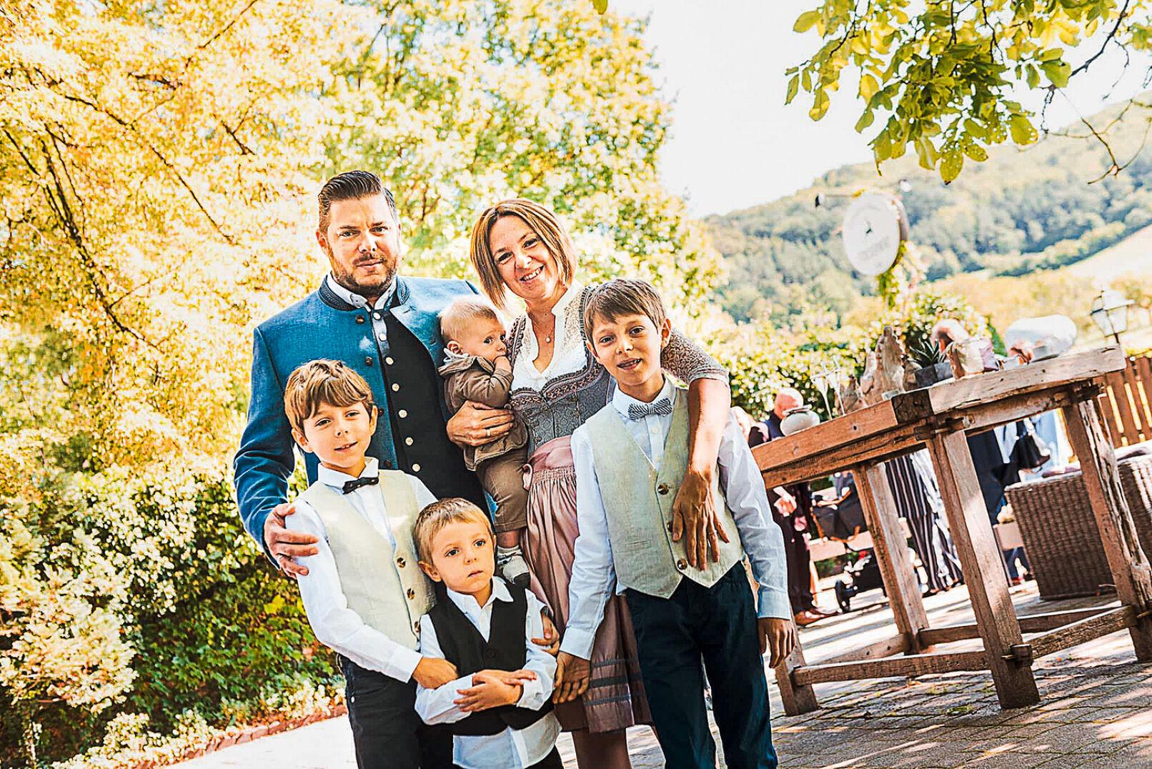Trachtige Bekleidung für die ganze Familie, Peter mit seiner Frau Maria und den Kindern