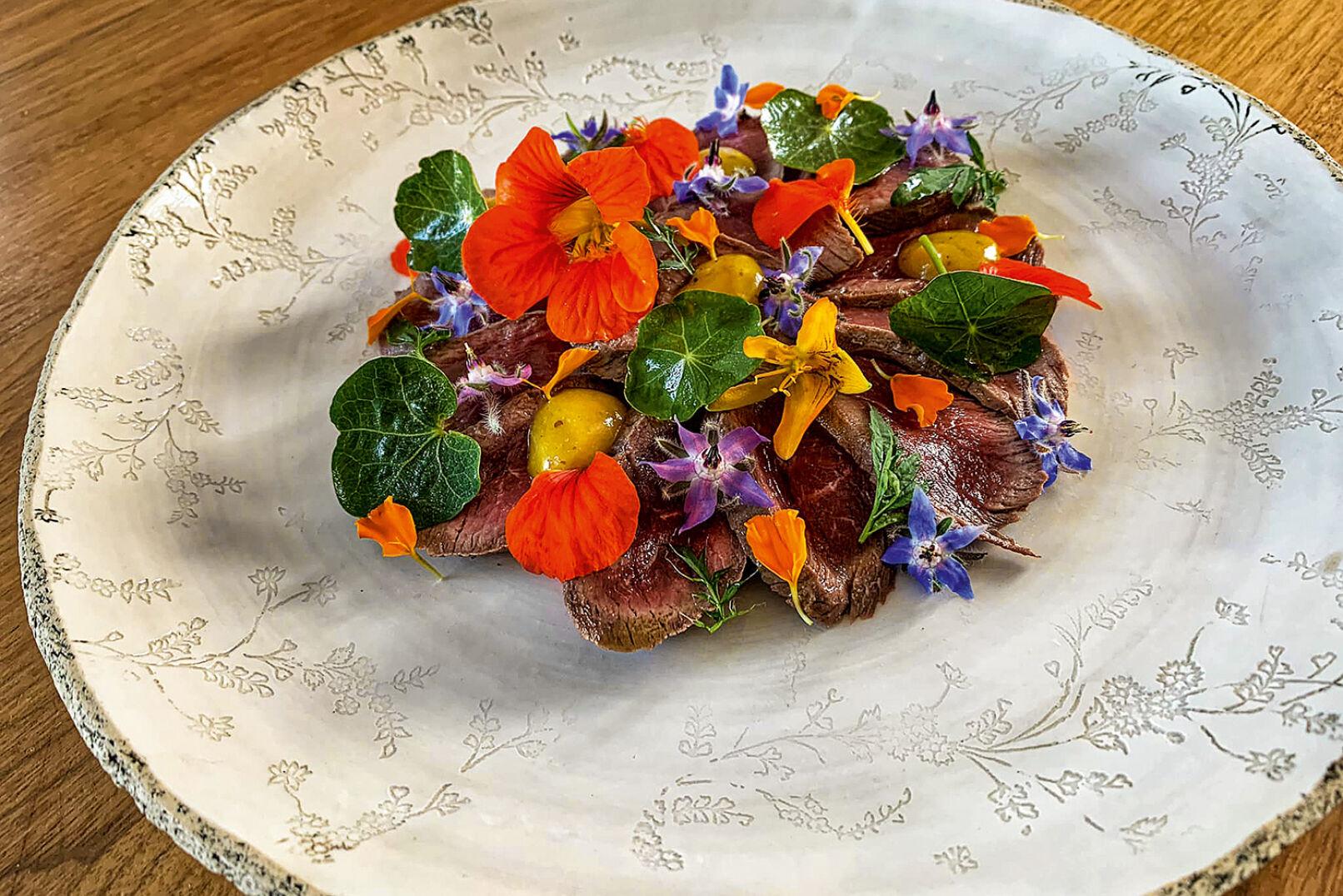 Roastbeef vom Reh mit Orangentagetes-Senf, Kapuzinerkresse und Borretsch