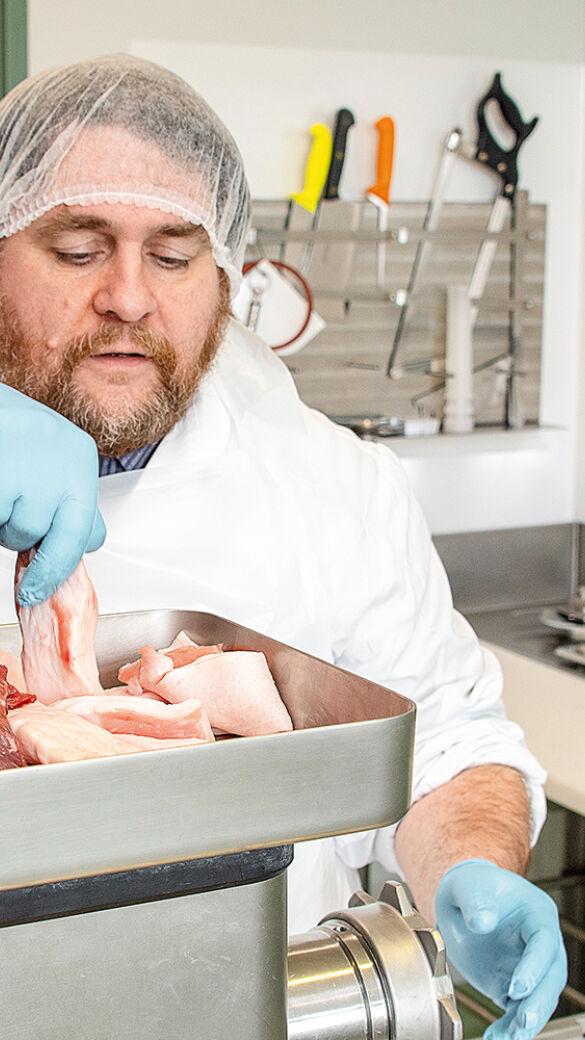Dr. Peter Paulsen füttert den Fleischwolf - © Martin Grasberger