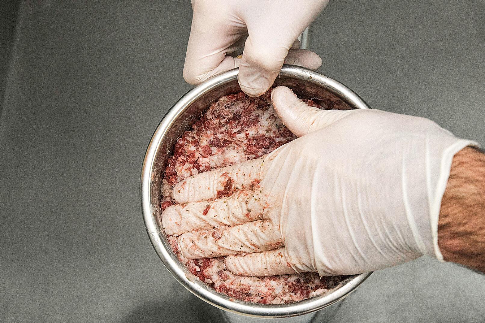 Die Fleischmasse kommt in den Wurstfüller - © Oliver Deck