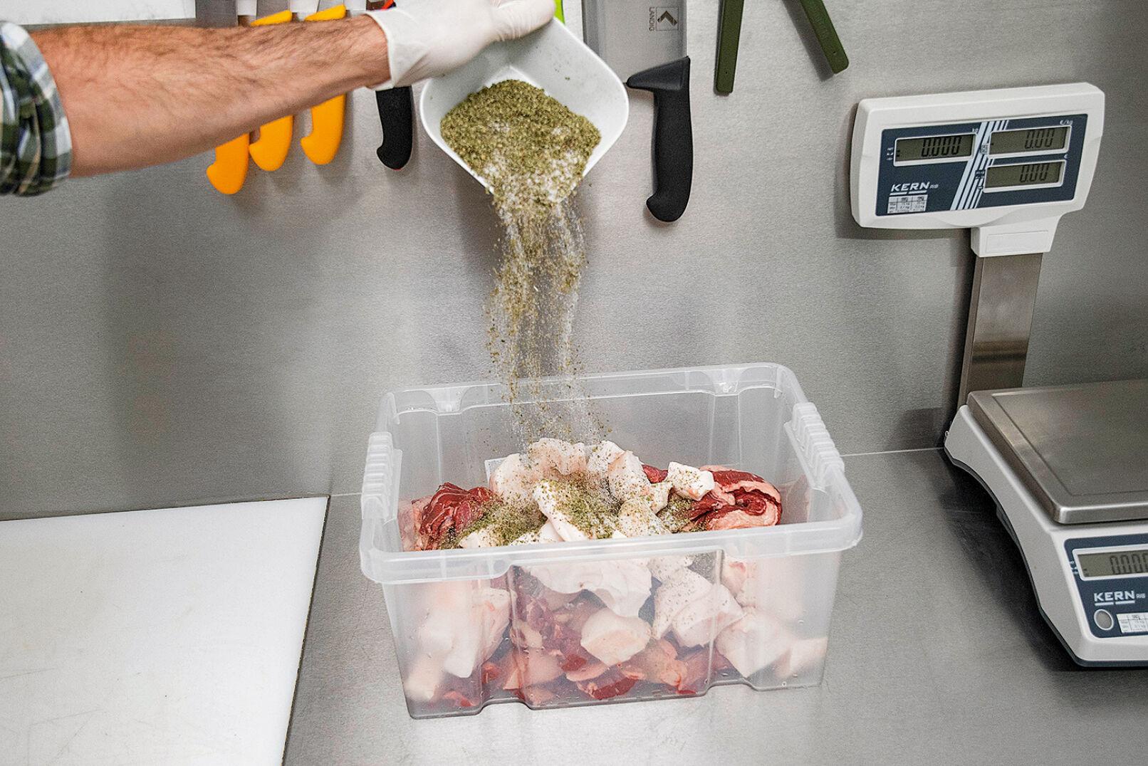 Die Gewürze werden dem Fleisch beigemengt - © Oliver Deck