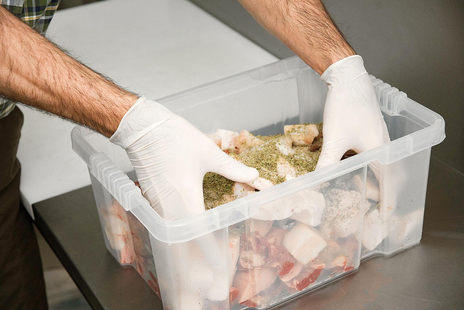 Fleisch, Speck und Gewürze werden ordentlich vermischt - © Oliver Deck