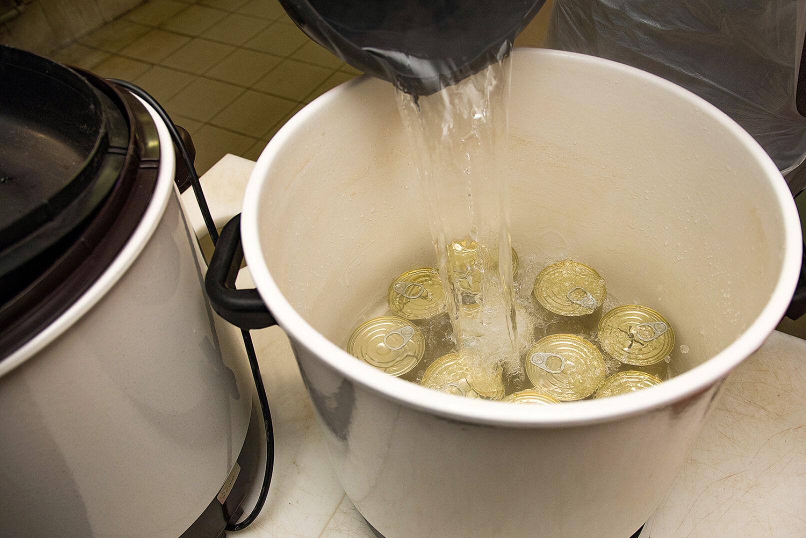 Ein Glühweinkocher wird mit heißem Wasser befüllt - © Oliver Deck