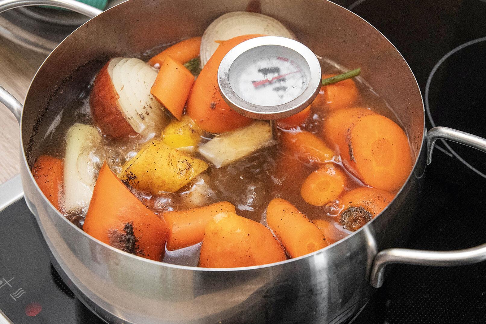 Fleisch und Wurzelwerk werden etwa 40 Minuten gekocht - © Barbara Marko