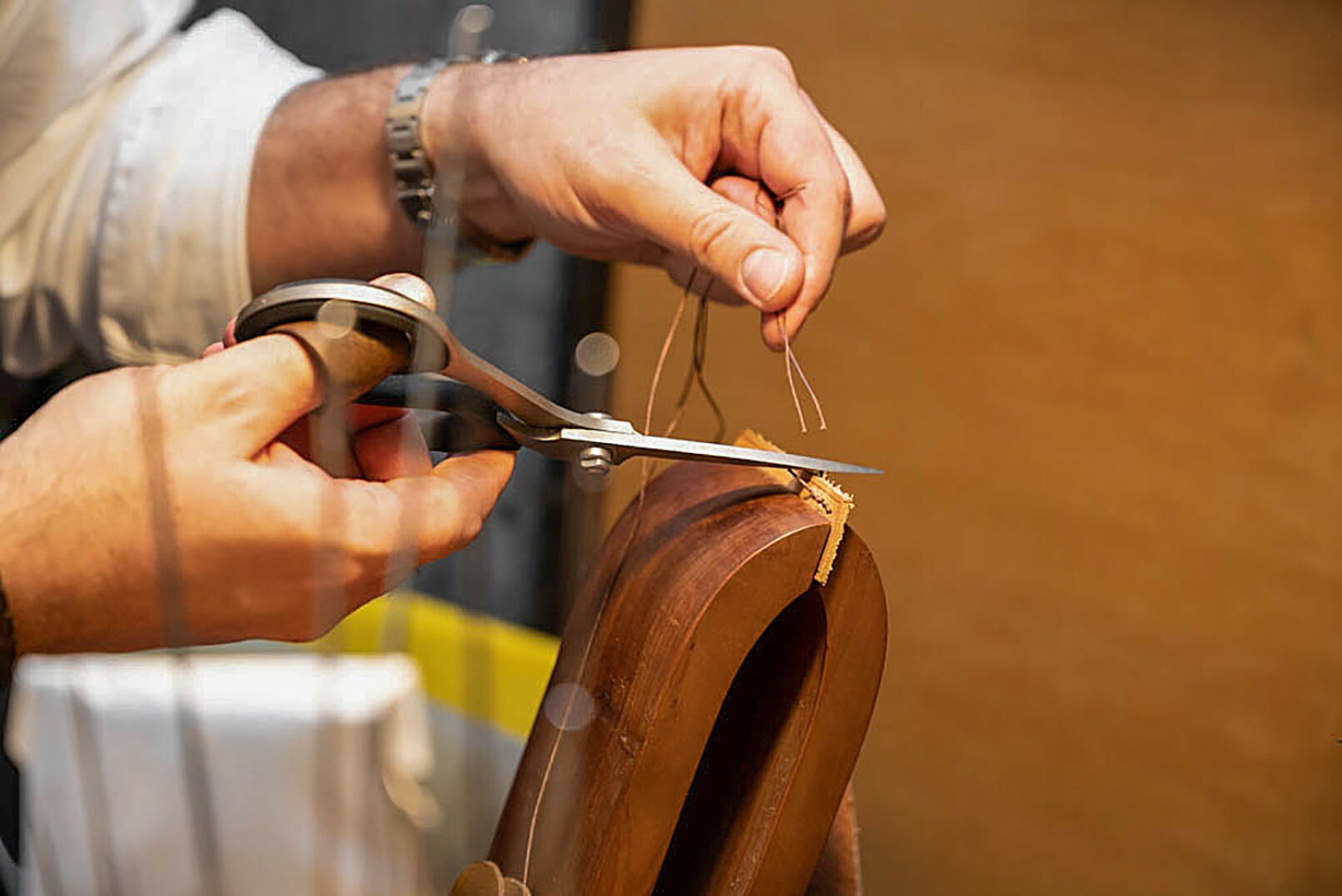 Nahaufnahme des Handnähens. Eine Technik, die heute nur noch selten zum Einsatz kommt. - © Barbara Marko