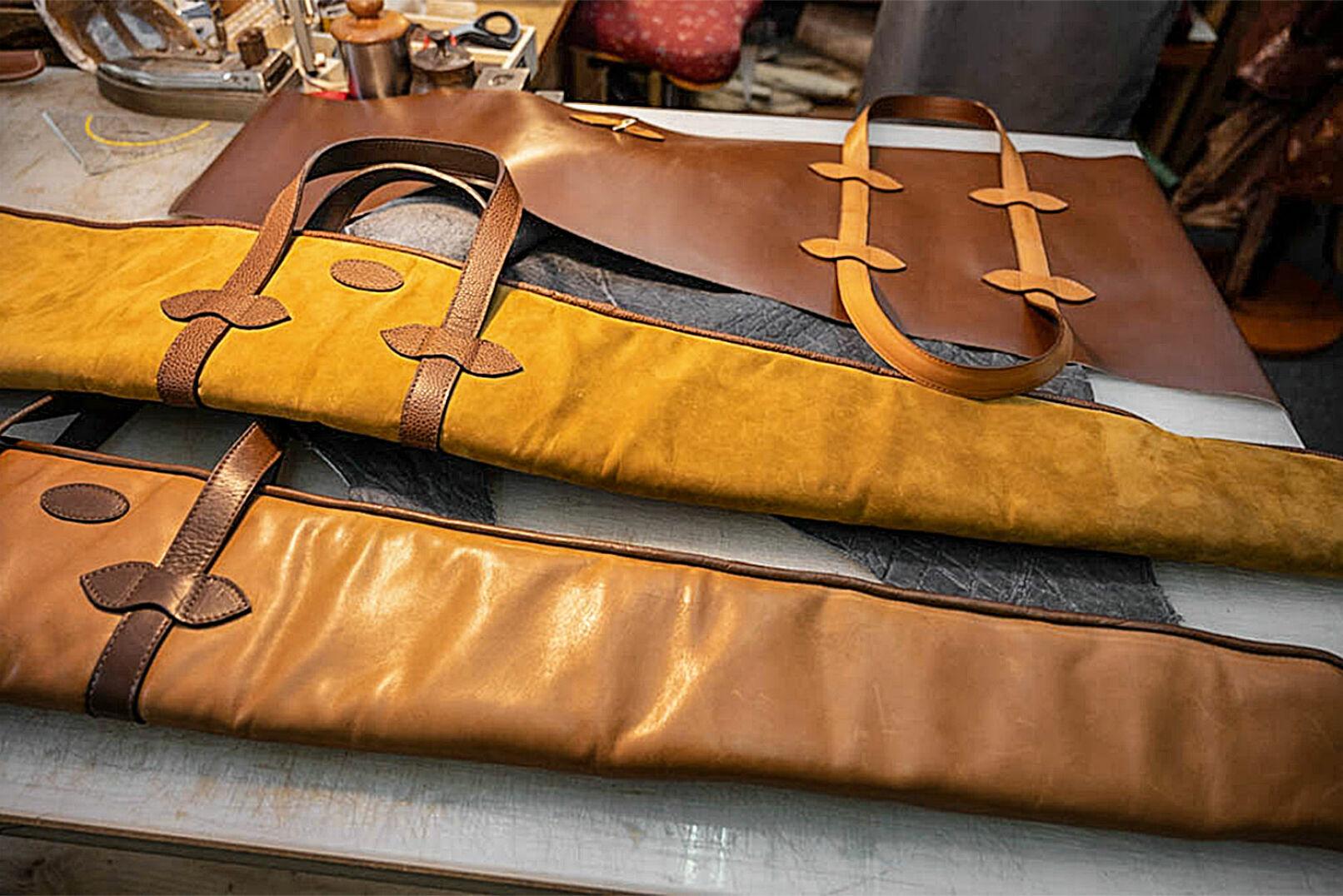 Zwei fertige Flintenfutterale und eines, an dem Raphael gerade arbeitet. - © Barbara Marko