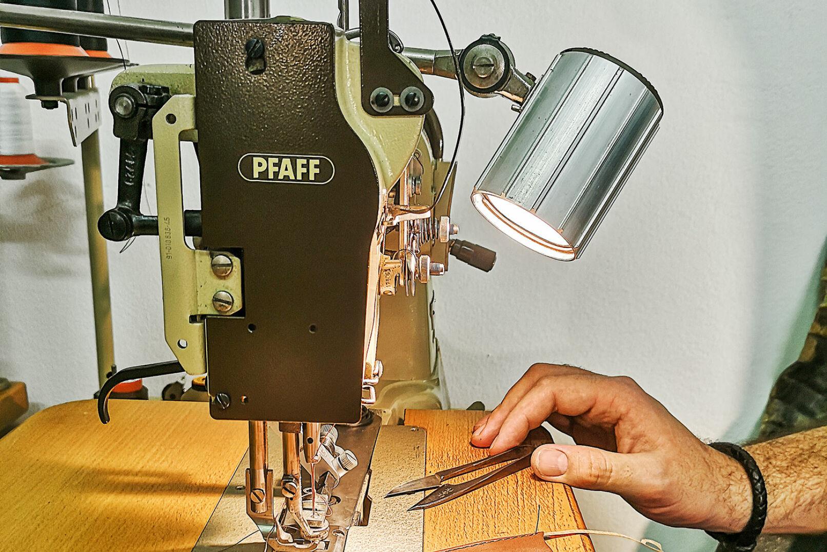 Eines der wichtigsten Arbeitsgeräte ist die Pfaff-Nähmaschine. - © Michaela Landbauer