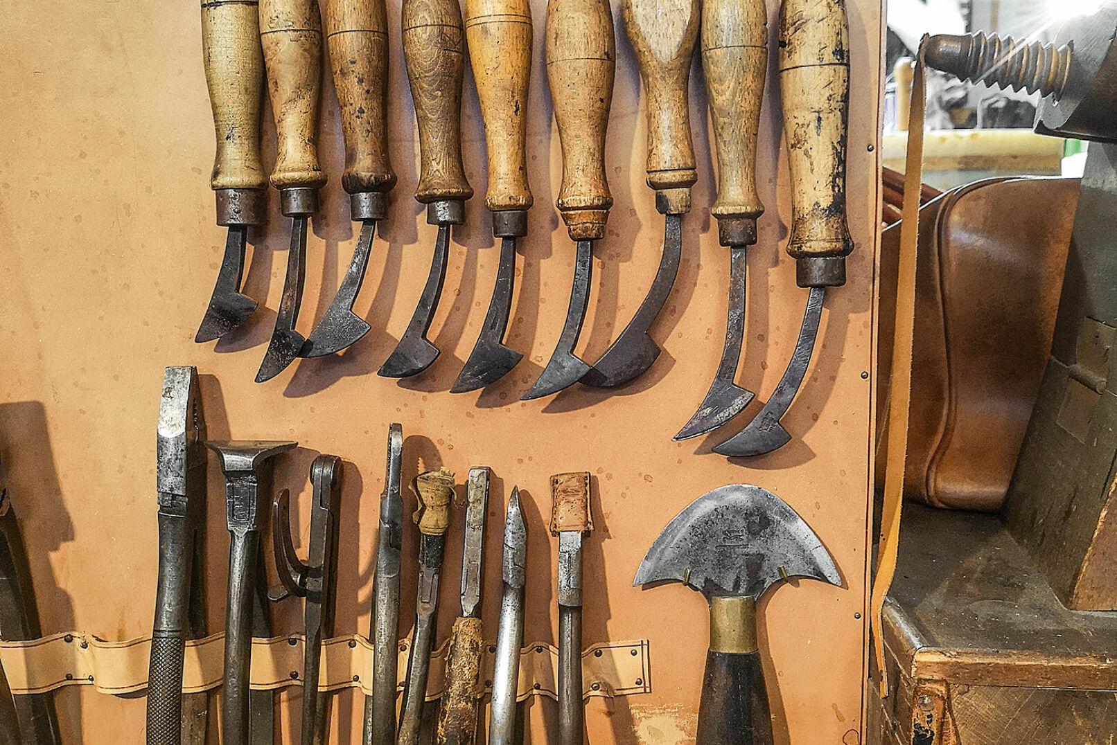 Werkzeug wie Hammer und Pfriem nimmt Raphael Sima täglich einige Male zur Hand. - © Barbara Marko