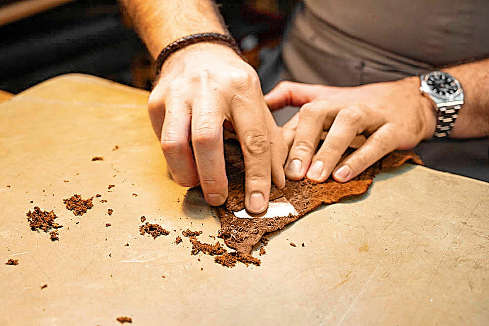 Straußenleder bedarf besonderer Behandlung, wie der Taschner demonstriert. - © Barbara Marko