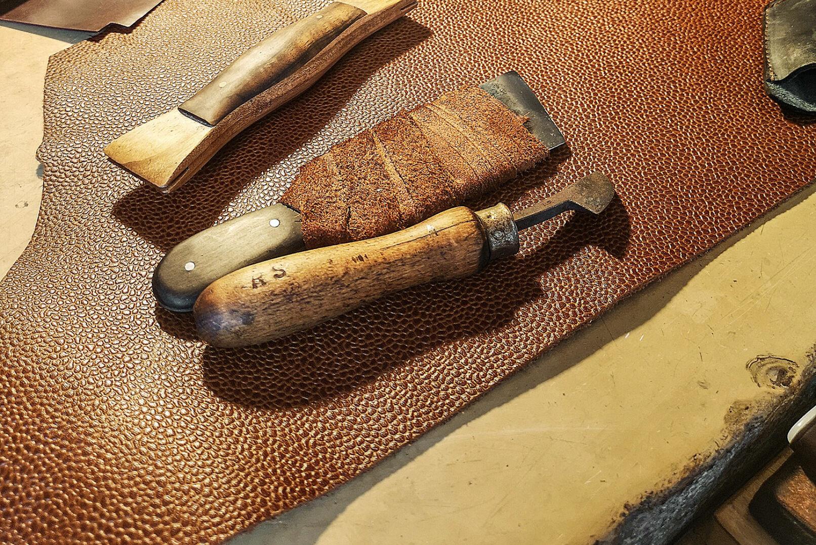 Ein Lederstreifen um die messerscharfe Klinge des Werkzeugs sorgt für festen Halt & sicheren Griff.