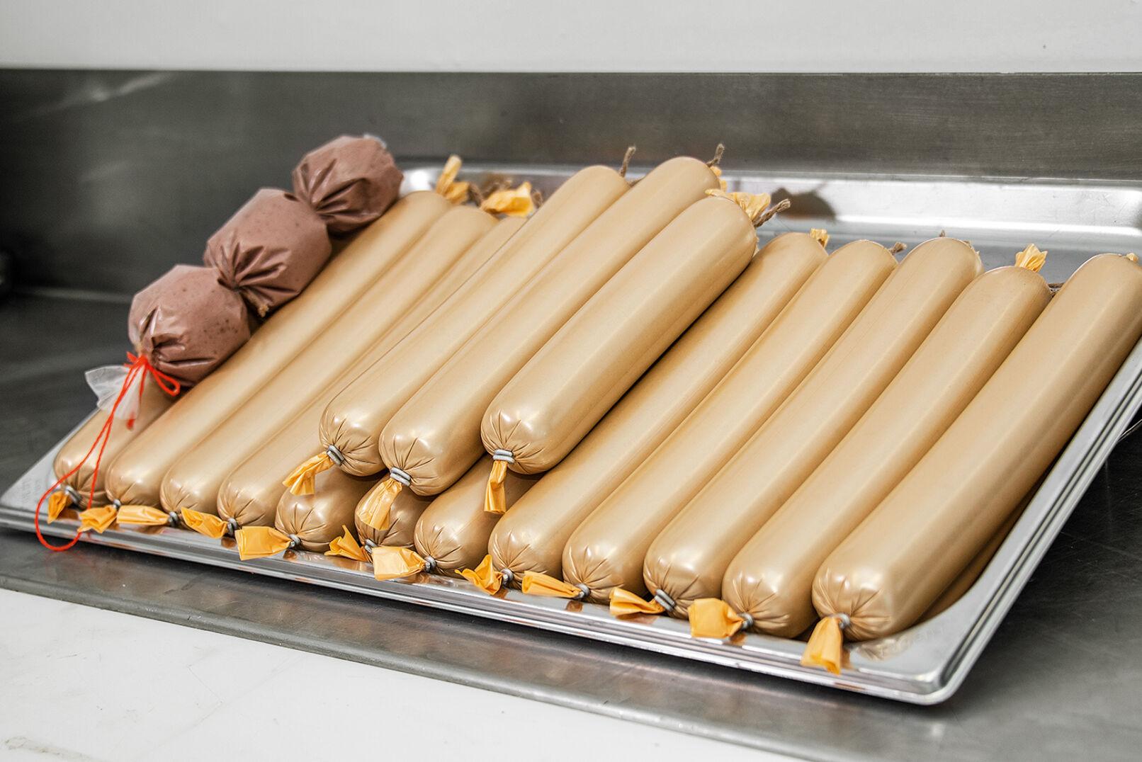 Nun sind die Würste bereit fürs Brühen bei 80 °C - © Oliver Deck