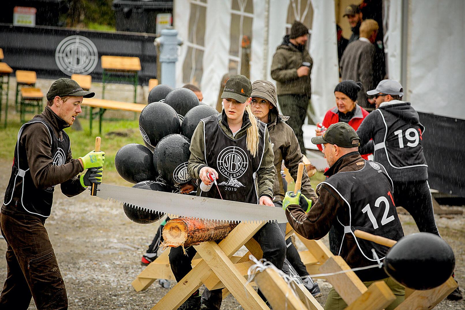Letzte Challenge vor dem Ziel: Für jeden Fehlschuss muss eine Baumscheibe abgesägt werden. - © Peter Rigaud